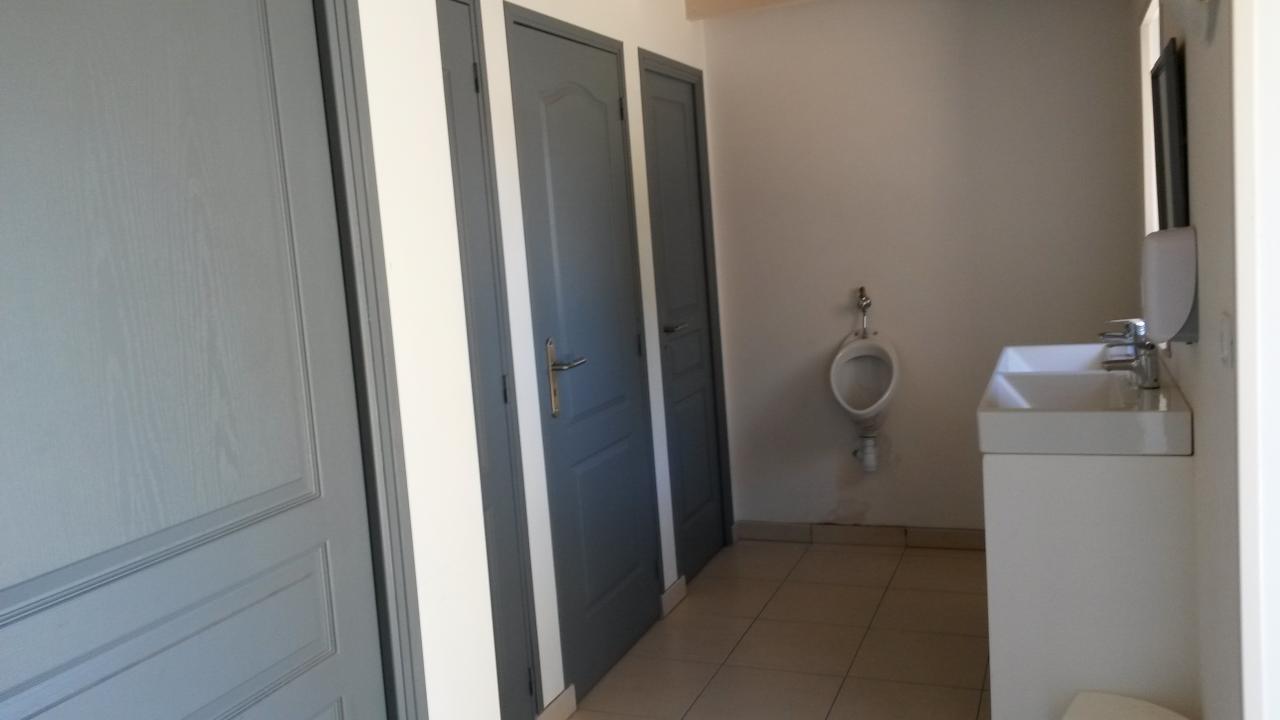 Salles d'eau dortoir 19 places ( 3 douches, 2 wc )